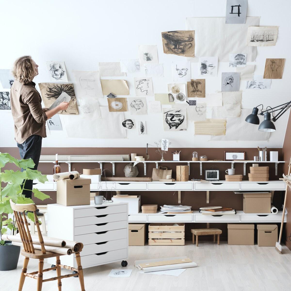Интерьер кабинета с коллажом на стене 4