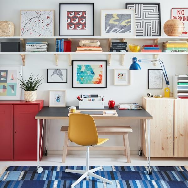 Интерьер кабинета с коллажом на стене 6