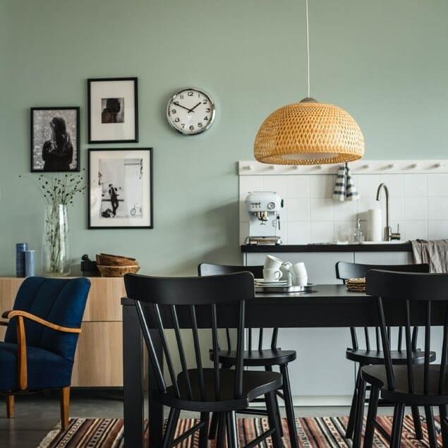 Интерьер кухни с коллажом на стене 2