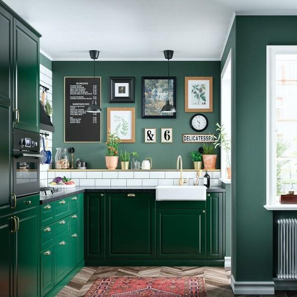 Интерьер кухни с коллажом на стене 3