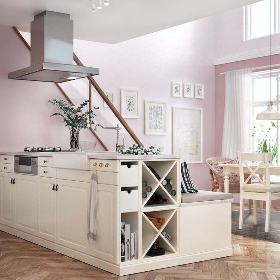 Интерьер кухни с коллажом на стене 6