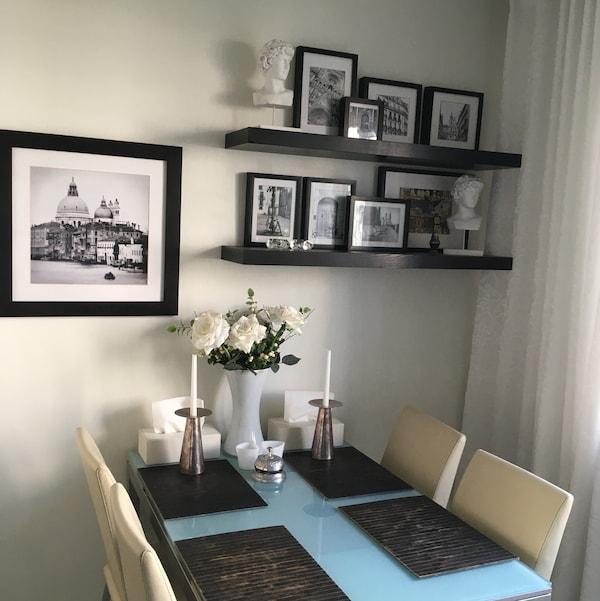 Интерьер на кухне с коллажом из рамок