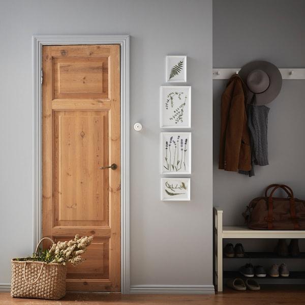 Интерьер прихожей с коллажом на стене 4