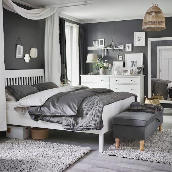 Интерьер спальни с коллажом на стене 1
