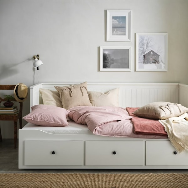 Интерьер спальни с коллажом на стене 2