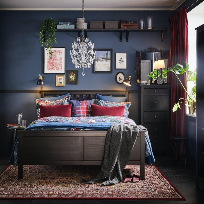 Интерьер спальни с коллажом на стене 3