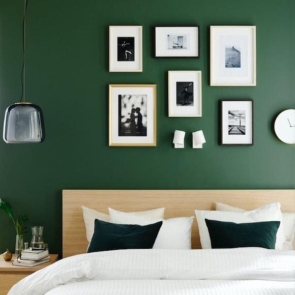 Интерьер спальни с коллажом на стене 4