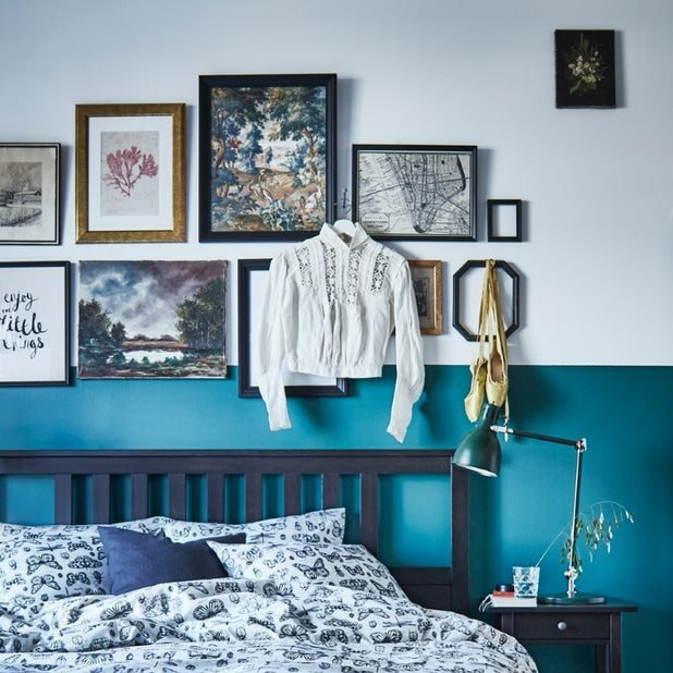 Интерьер спальни с коллажом на стене 5