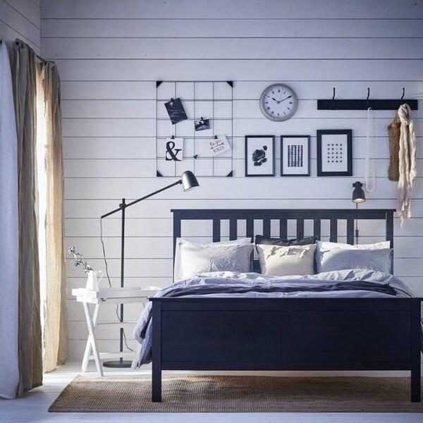 Интерьер спальни с коллажом на стене 6