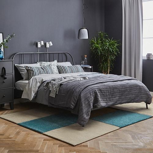 Интерьер спальни в сером