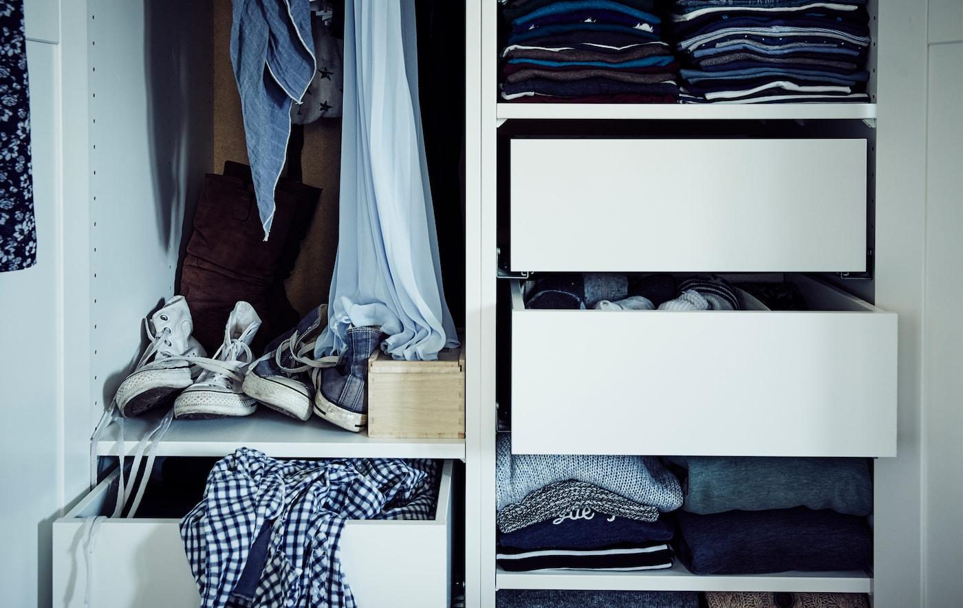 Intérieur d'une armoire avec tablettes, tiroirs et tringle.