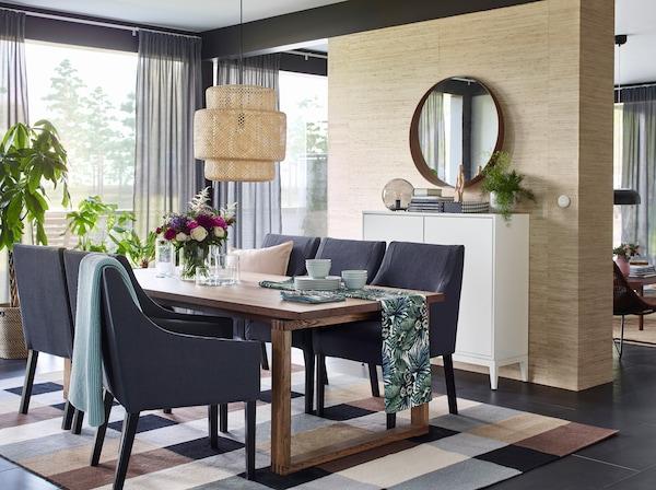 Invitez la nature dans la salle à manger et à table, avec les verts du tissu TORGET et le bambou de la suspension SINNERLIG.