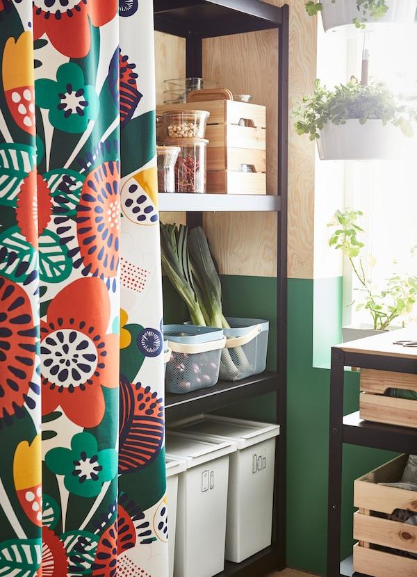IRMELIN قماش قطني من ايكيا يتكامل بنقوش زهرية ملونة بالأحمر والأصفر والأخضر على خلفية بيضاء. استخدم القماش لتصميم ستائر لغرفة نومك أو في مطبخك لإخفاء رفوف تخزين الطعام المكشوفة.