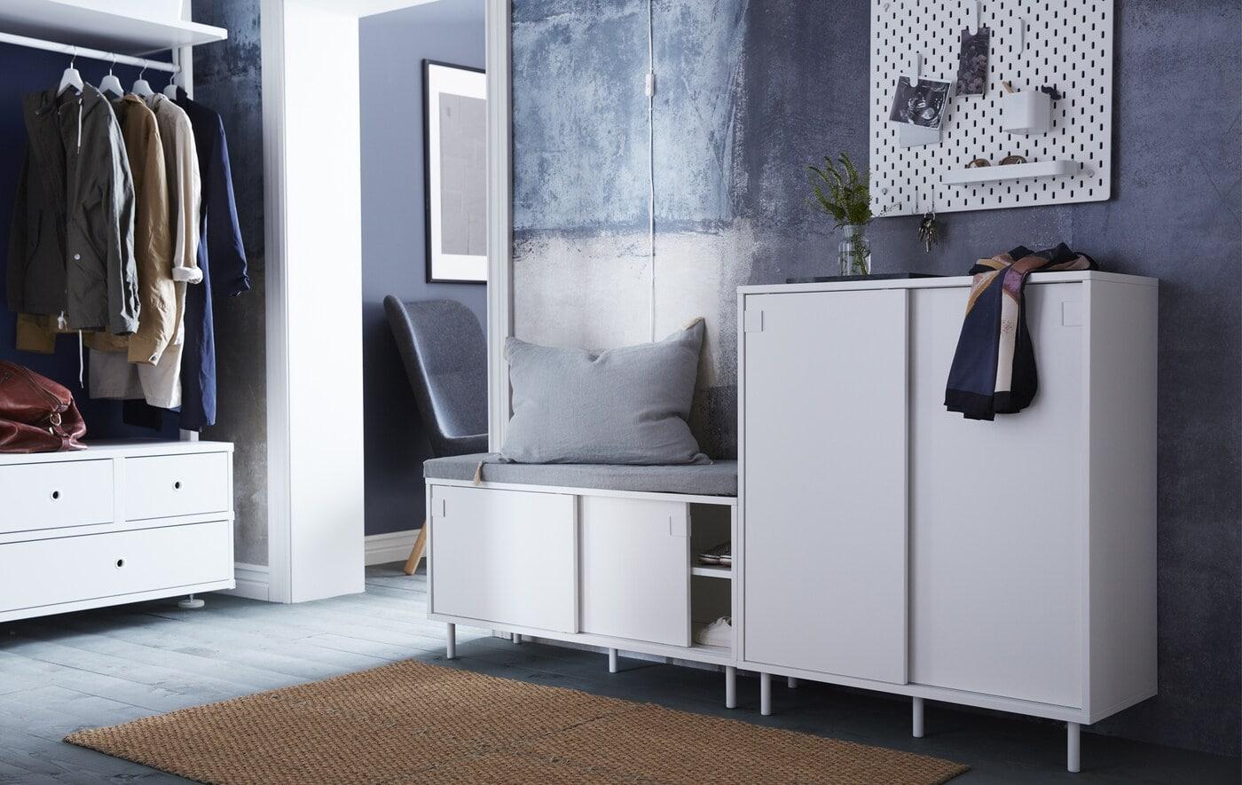 Ищете удобные решения для хранения в маленькой прихожей? ИКЕА предлагает широкий ассортимент мебели для прихожей: например, галошница МАККАПЭР с отделениями для хранения и раздвижными дверями, благодаря которым она еще более компактна.