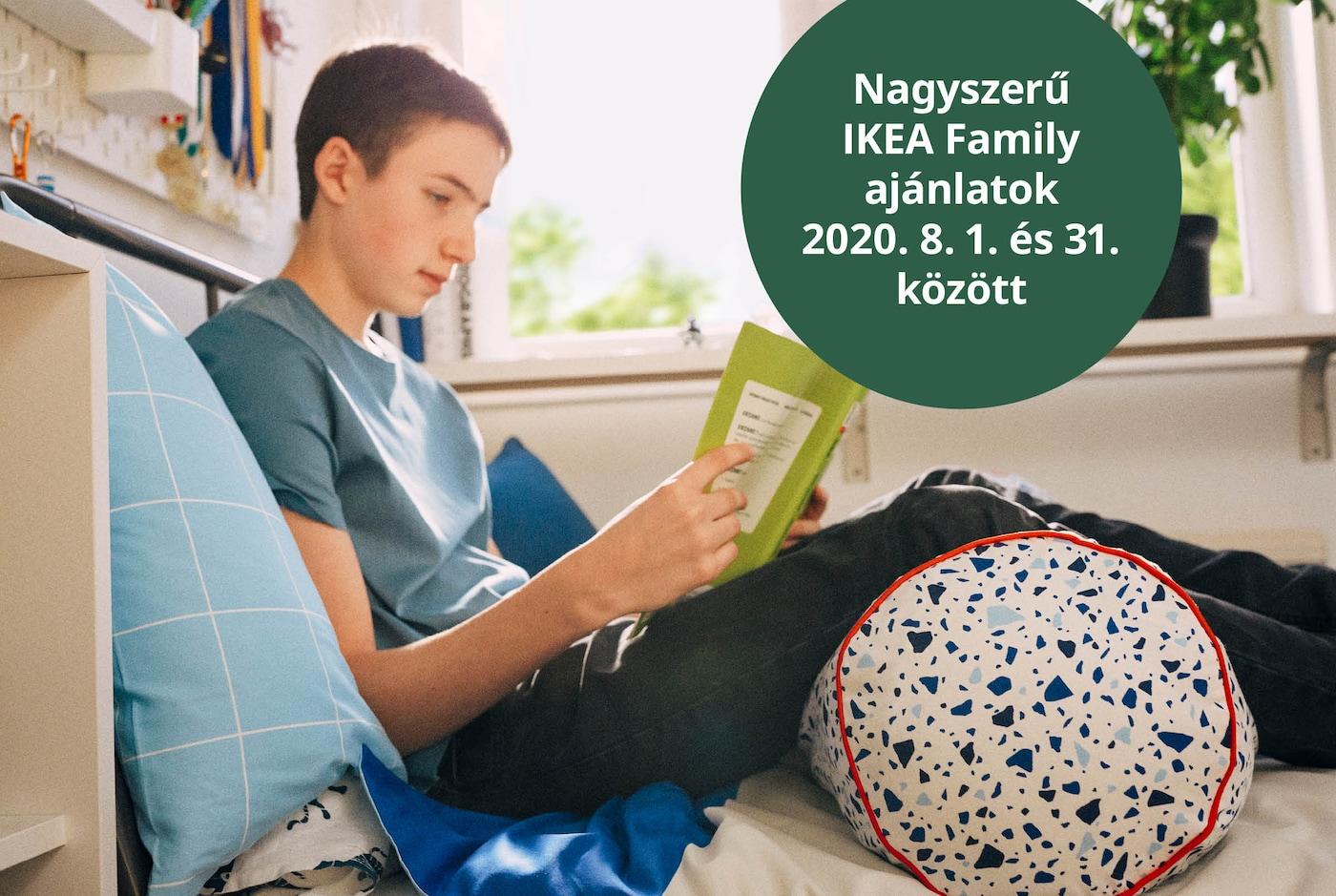 Iskolás gyerek olvas az ágyában, háta a párnának döntve, lábai alatt egy MÖJLIGHET díszpárna.