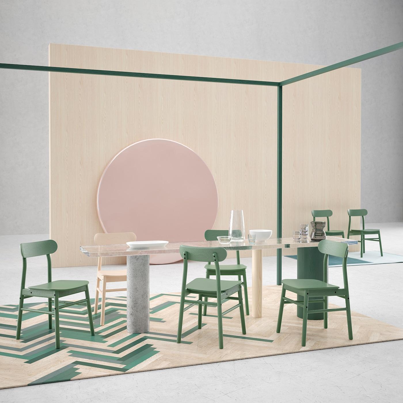 Istu pitkää iltaa ruokapöydässä tukevissa IKEA RÖNNINGE tuoleissa. Ajattomaan skandinaaviseen tyyliin muotoiltu RÖNNINGE-tuoli ei mene muodista. Massiivipuusta valmistetussa, jämäkässä tuolissa on kaareva ja mukava istuin. Vihreä ruokapöydän tuoli ja koivunvärinen RÖNNINGE ruokapöydän tuoli on kestävä ja hyväksytty myös julkitilakäyttöön.