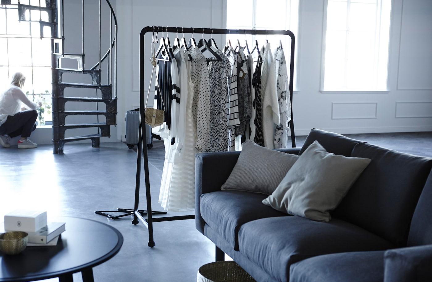 إذا كان لديك ضيفاً يستخدم الكنبة السرير، فإن علاقة الملابس تقوم بدور مزدوج كمقسّم للغرفة ومكان لوضع الملابس.
