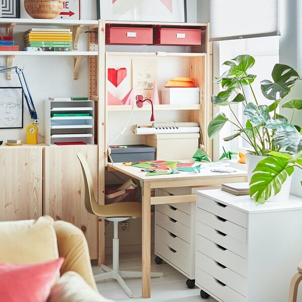 IVAR Regal mit Schreibtisch und ALEX Schubladenelementen als heller, freundlicher Arbeitsplatz zuhause
