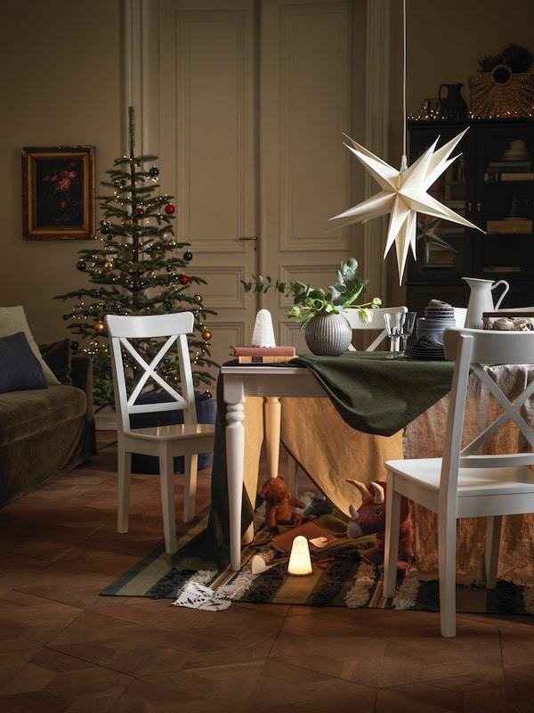 Jadalnia z białym stołem i świątecznymi dekoracjami