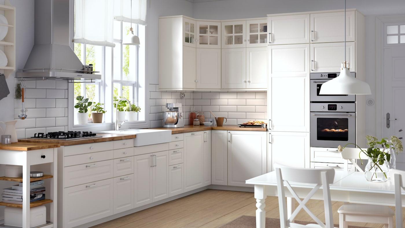 Jasna kuchnia METOD z białymi frontami BODBYN i drewnianym blatem.