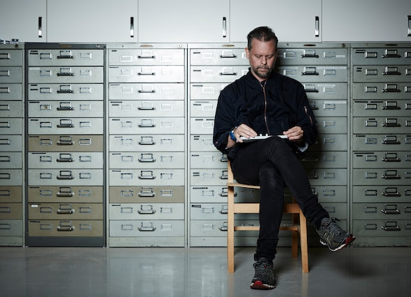 Jesper Kouthoofd, Jefe de diseño y fundado de Teenage Engineering sentado en una silla vestido de negro.