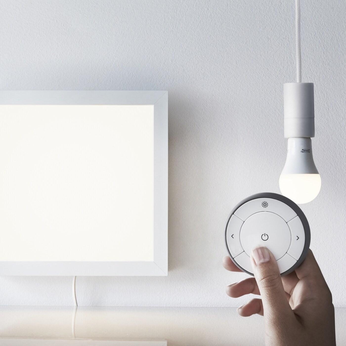 Joc de regulador d'intensitat d'espectre blanc TRÅDFRI, que inclou una bombeta LED i un comandament a distància.