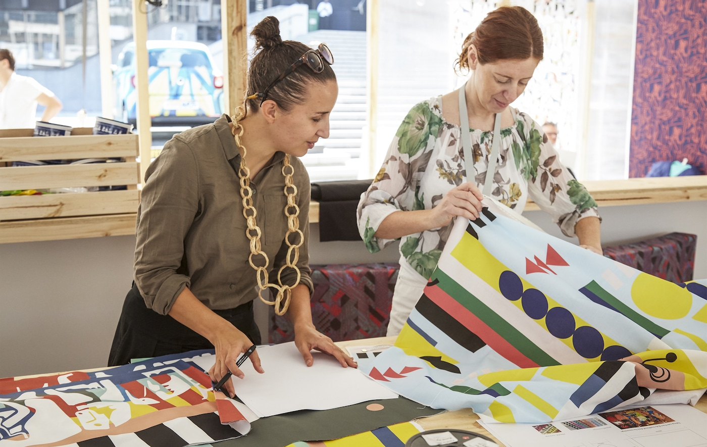 Johanna Jelinek et Renée Rossouw en train de travailler sur des idées avec des textiles.