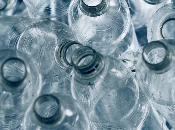 Jokaiseen IKEA KUNGSBACKA -keittiöoveen käytetään n. 25 puolen litran PET-muovipulloa.