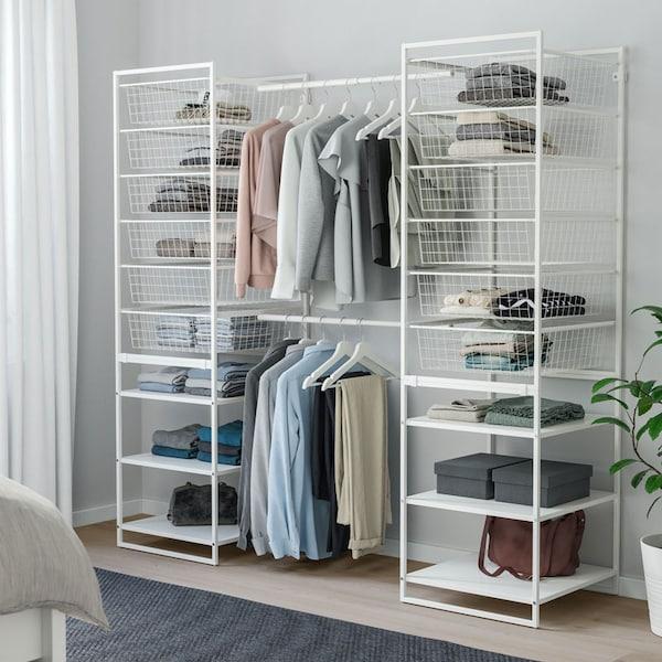 JONAXEL Agencement de rangement blanc avec corbeilles en fil et tringles à vêtements.