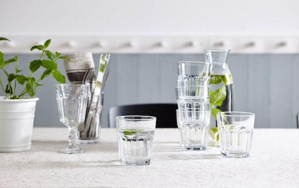 Jotain tuoretta ja raikasta. Valkoinen IKEA MUSKOT-ruukku. Kannellinen IKEA VARDAGEN-kannu, kirkas lasikannu. IKEA POKAL-juomalasi, kirkasta lasia.