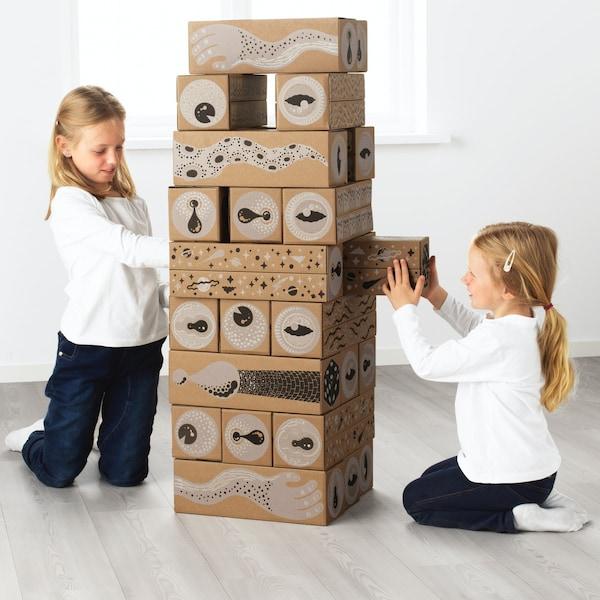 Juego jenga con cajas de cartón reutilizadas