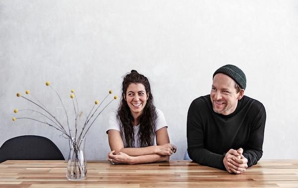 Julia i André przy stole w jadalni.