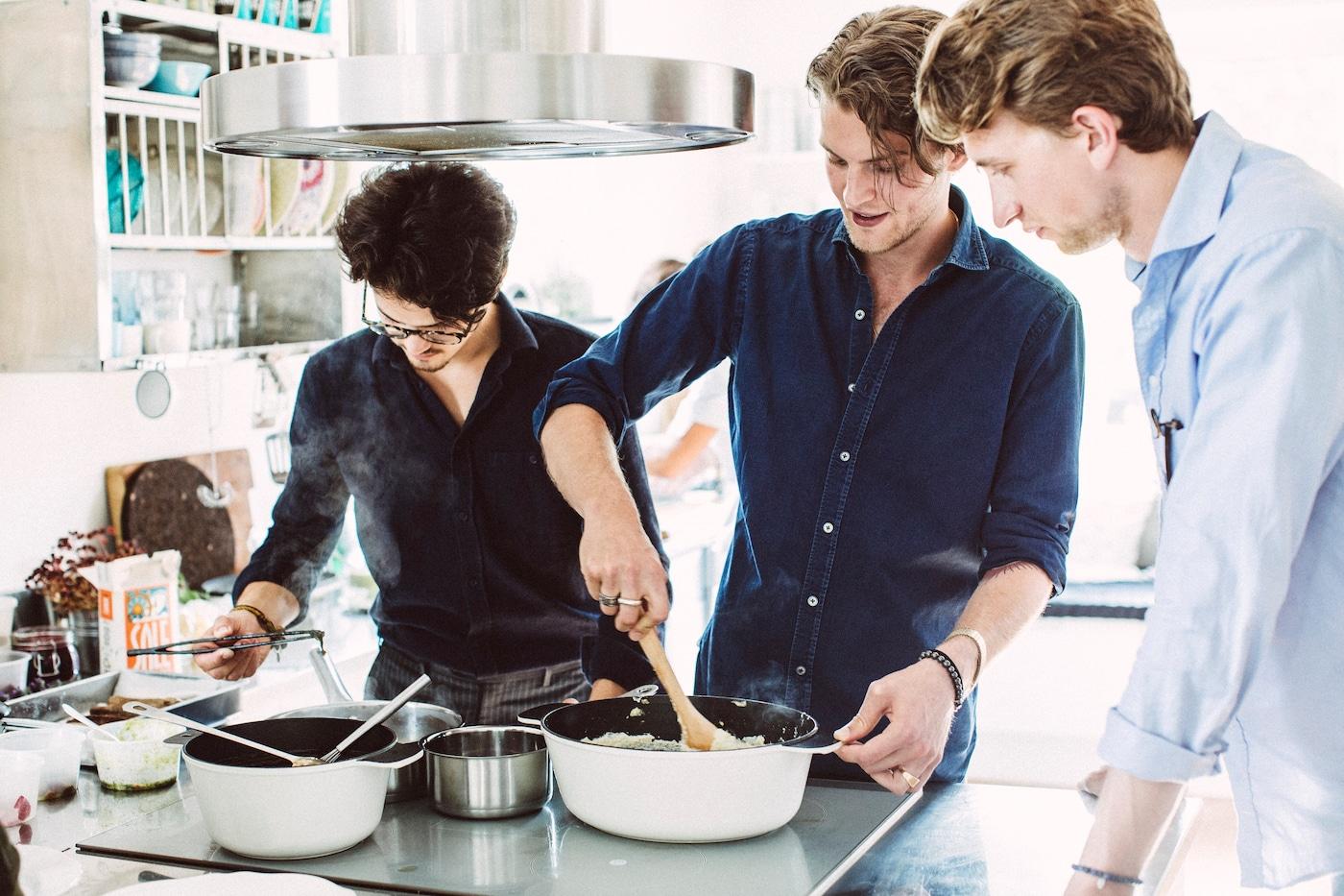 """Junge Schweden bei einem """"Matlag"""" oder Kochclub."""