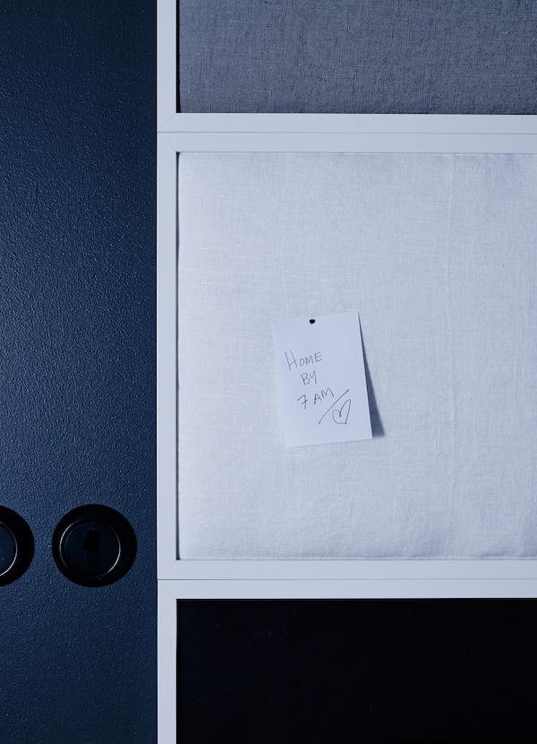 جيب تخزين لجهاز التحكم عن بُعد تم إعادة تشكيله لتخزين هاتف جوال في الشحن معلق من جانب السرير.