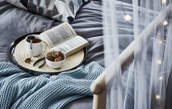 Kad se poveća razina stresa, otiđi u tihu prostoriju i opusti se uz šalicu čaja, omiljenu knjigu i puno udobnih tekstila.