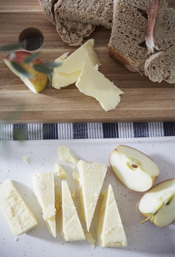 Käse, Apfel und Brot auf einem SMÅÄTA Schneidebrett Akazie