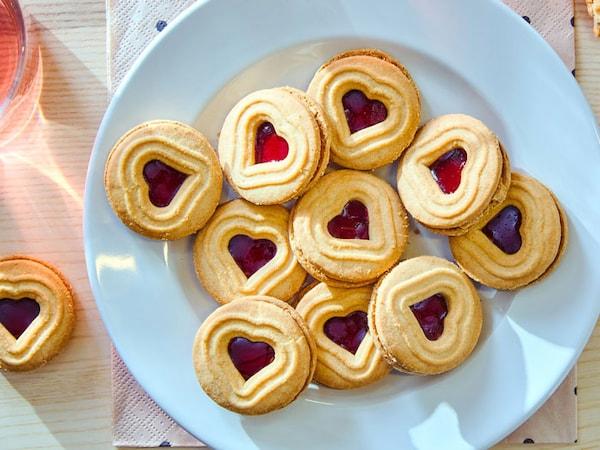 KAFFEREP rasberry cookies on a plate.