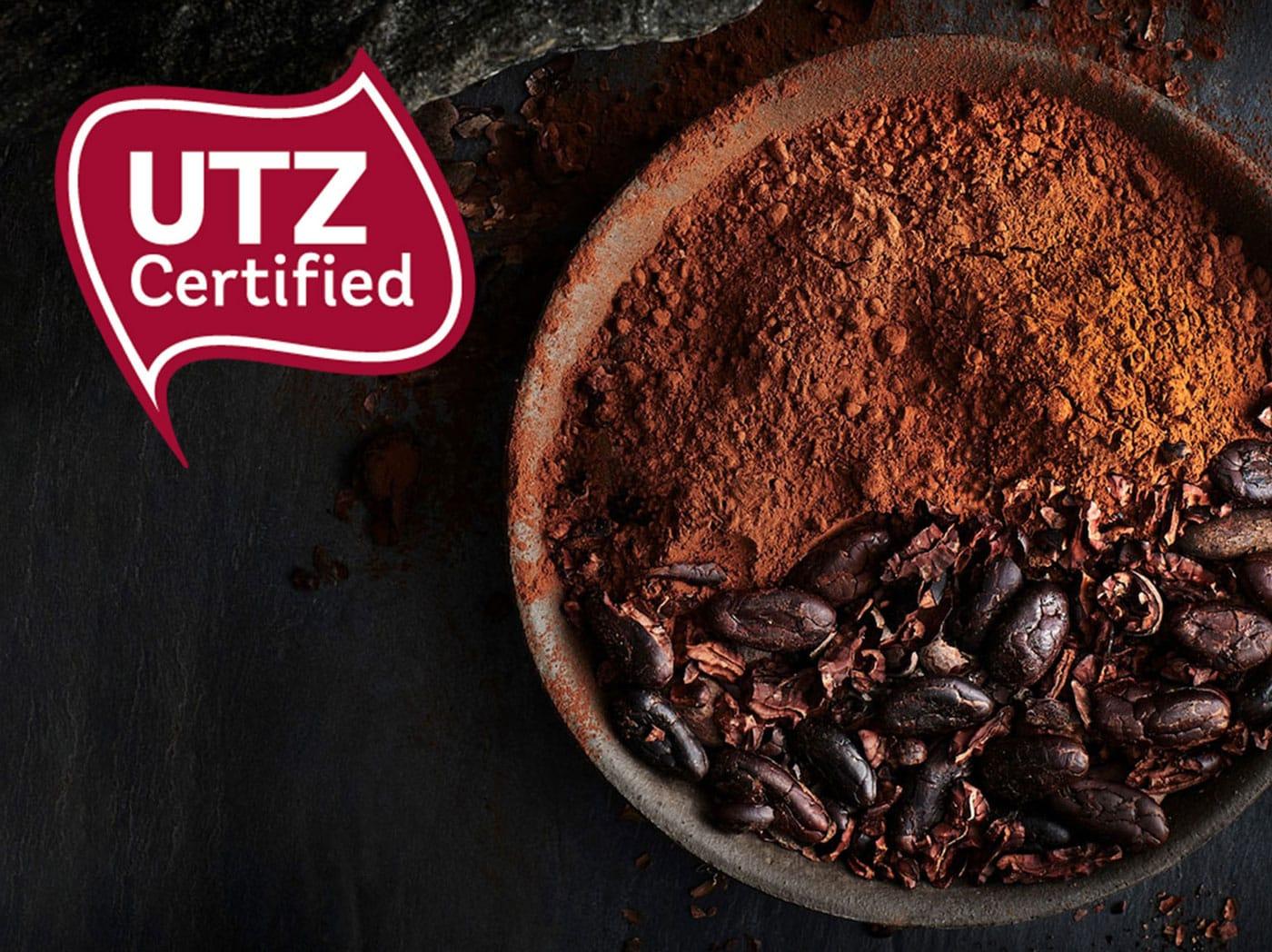 Kakaový prášok a zrná v miske s logom certifikátu UTZ.