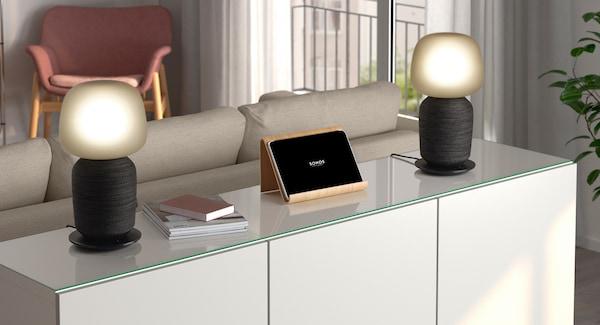 Kaksi SYMFONISK-pöytävalaisinta WiFi-kaiuttimilla on asetettu kaapin päälle stereopariksi.