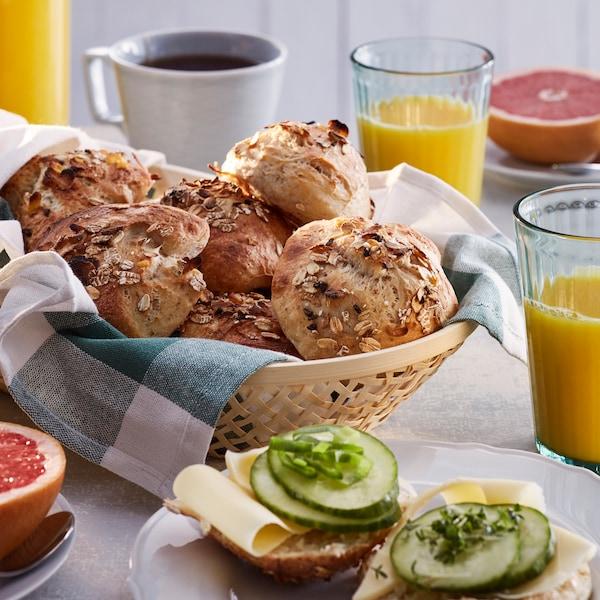 Kalt gegangene Teilchen mit Müsli und Salzflocken in einem Brotkörbchen auf einem Frühstückstisch.