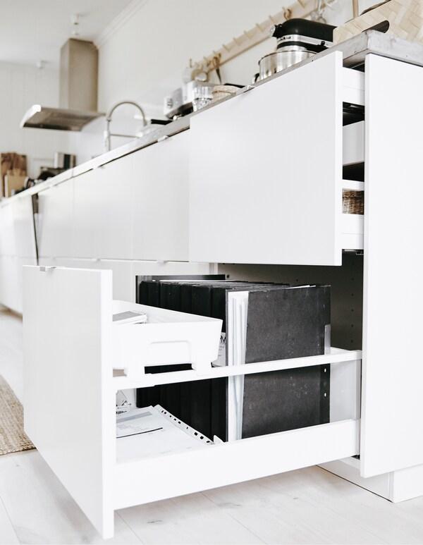 Kansiot säilyvät siististi keittiön laatikossa.