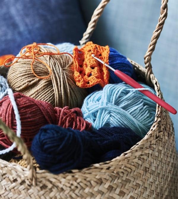 カラフルな糸でいっぱいのバスケット。
