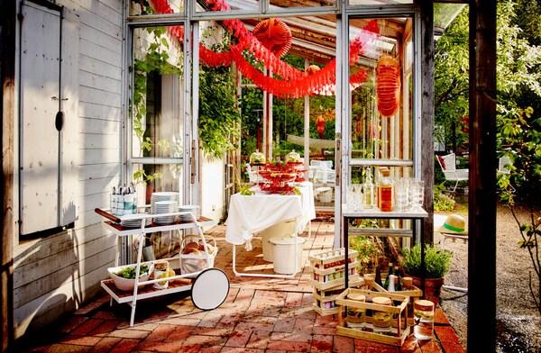 天井からザリガニのデコレーションをつるしたパティオ。テーブルにはあふれんばかりのザリガニを盛り付けたサービングスタンド。