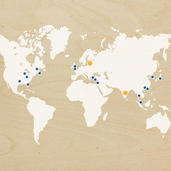 Карта, на якій помаранчевими і синіми крапками відзначені нові та майбутні магазини ІКЕА, розташовані по всьому світу (станом на 2018 рік).