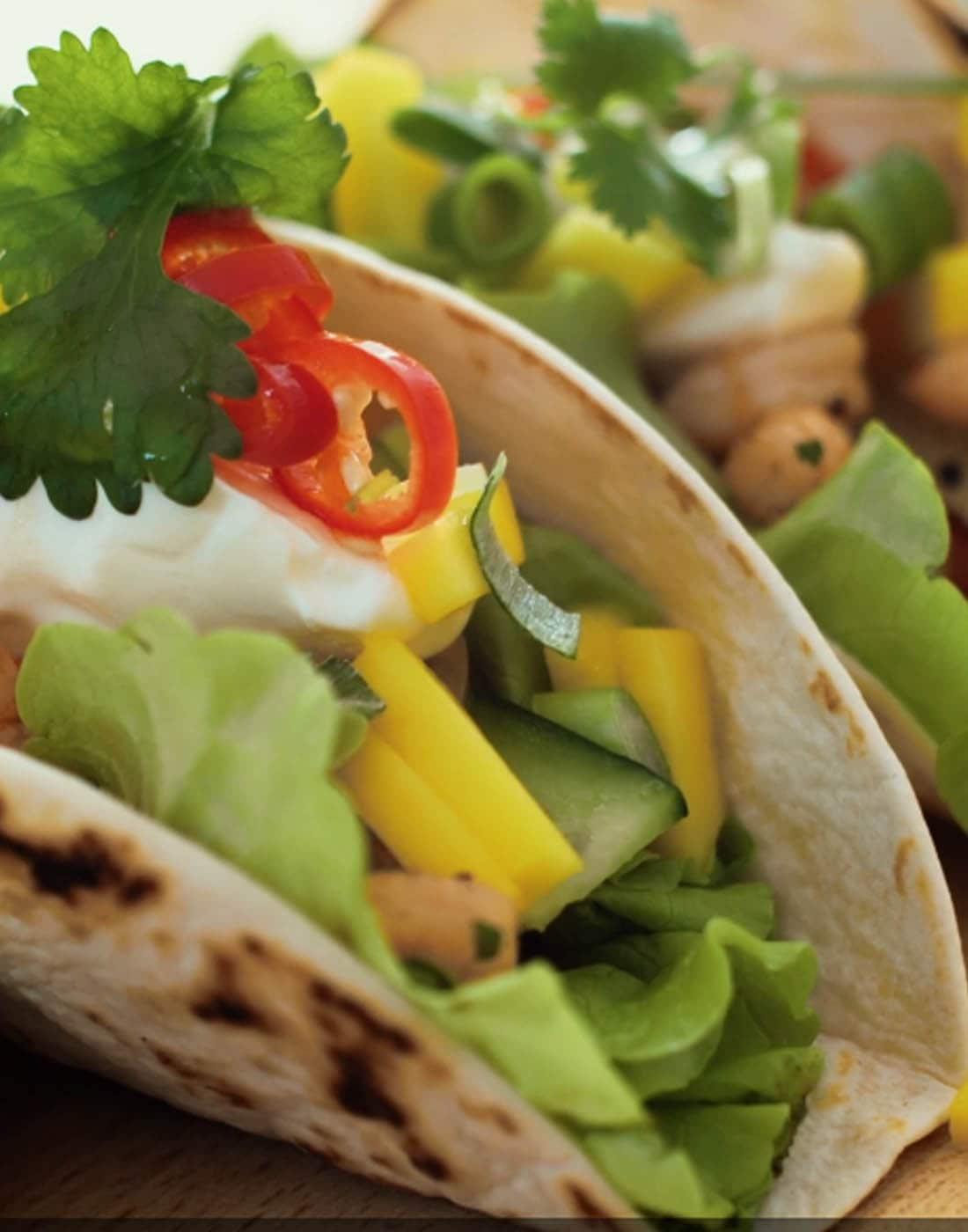 Kasvis- ja katkaraputäytteisiä tacoja lähikuvassa.