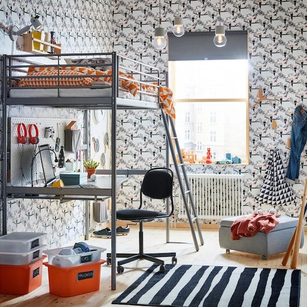 Katil loteng keluli perak IKEA SVÄRTA dilengkapi meja kukuh di bahagian bawah: sangat sesuai untuk mencipta stesen permainan untuk praremaja dan kanak-kanak.