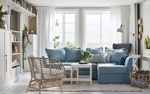 Katil sofa penjuru biru lembut HOLMSUND mudah diubah menjadi katil yang besar. Ruang storan di bawah tempat duduk mudah diakses dan mempunyai ruang untuk menyimpan linen katil dan bantal.