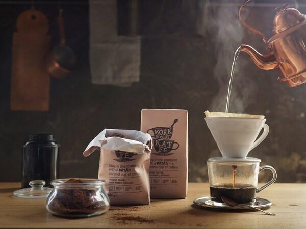 Kávéfőzés: egy IKEA PÅTÅR kávéval teli filteren keresztül forró vizet öntenek egy csészébe.