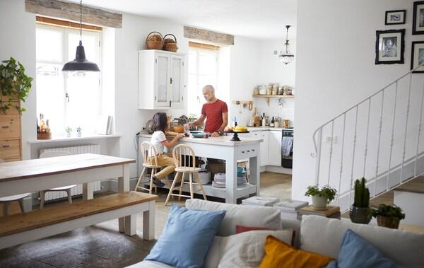 Kehidupan pelan terbuka, ruang makan dan dapur, dengan dinding putih, sofa putih dan dapur putih.