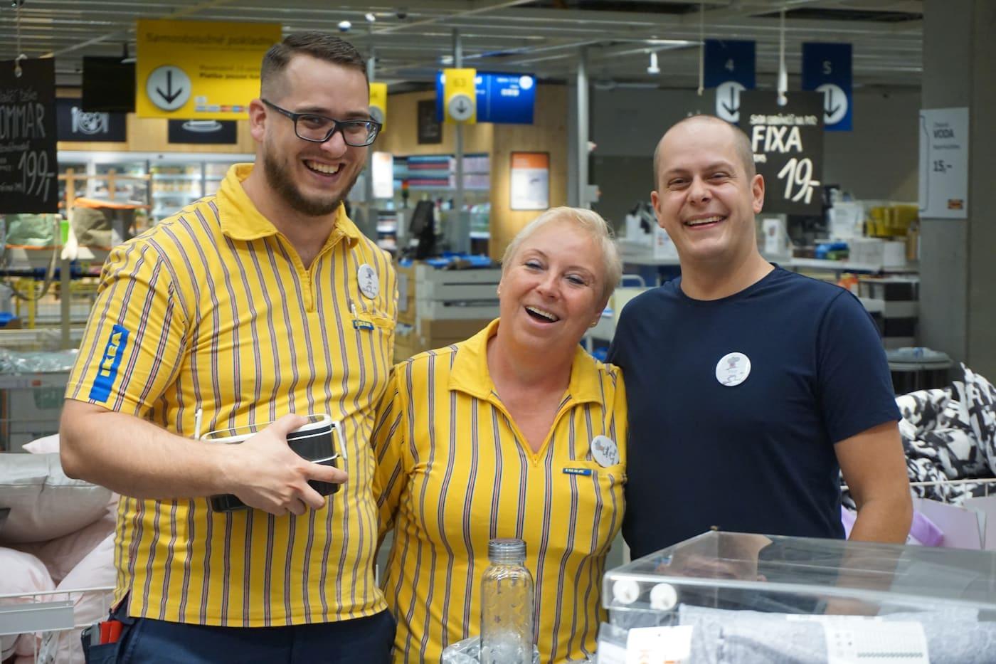 Két férfi és egy nő, IKEA egyenruhában.